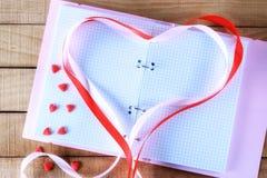 Σημειωματάριο και κώλυμα υπό μορφή καρδιάς Στοκ Φωτογραφίες