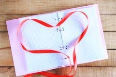 Σημειωματάριο και κώλυμα υπό μορφή καρδιάς Στοκ Εικόνα