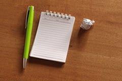 Σημειωματάριο και μάνδρα στο γραφείο Στοκ εικόνα με δικαίωμα ελεύθερης χρήσης