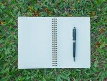 Σημειωματάριο και μάνδρα στο χορτοτάπητα Στοκ φωτογραφία με δικαίωμα ελεύθερης χρήσης