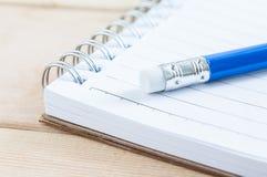 Σημειωματάριο και μολύβι κινηματογραφήσεων σε πρώτο πλάνο Στοκ Εικόνα