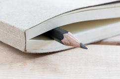 Σημειωματάριο και μολύβι κινηματογραφήσεων σε πρώτο πλάνο Στοκ Φωτογραφία