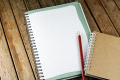 Σημειωματάριο και μολύβι σε ένα γραφείο Στοκ φωτογραφία με δικαίωμα ελεύθερης χρήσης