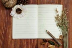 Σημειωματάριο και μολύβι στον ξύλινο πίνακα Στοκ φωτογραφία με δικαίωμα ελεύθερης χρήσης