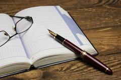 Σημειωματάριο και πέννα Στοκ φωτογραφία με δικαίωμα ελεύθερης χρήσης