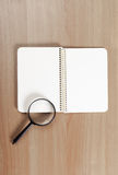 Σημειωματάριο και πιό magnifier Στοκ Εικόνες
