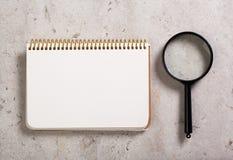 Σημειωματάριο και πιό magnifier Στοκ Εικόνα