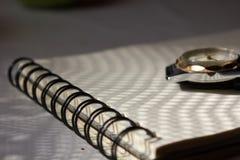 Σημειωματάριο και ρολόι στον πίνακα Στοκ φωτογραφίες με δικαίωμα ελεύθερης χρήσης