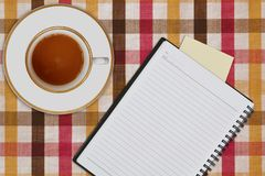 σημειωματάριο και φλιτζάνι του καφέ στοκ εικόνες με δικαίωμα ελεύθερης χρήσης
