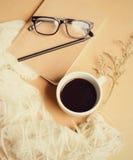 Σημειωματάριο και eyeglasses με τον καφέ στοκ εικόνα