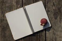 Σημειωματάριο, κοχύλια και παλαιό ξύλο Στοκ εικόνες με δικαίωμα ελεύθερης χρήσης