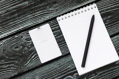 Σημειωματάριο, κόκκινο, μπεζ, μαύρο σκοτεινό ξύλινο υπόβαθρο penon Στοκ Φωτογραφία