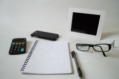 Σημειωματάριο, μάνδρα, γυαλιά και πλαίσιο Στοκ εικόνες με δικαίωμα ελεύθερης χρήσης