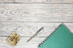 Σημειωματάριο, μάνδρα και άλλες προμήθειες στοκ φωτογραφία με δικαίωμα ελεύθερης χρήσης