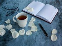Σημειωματάριο, μάνδρα και τσάι Στοκ φωτογραφίες με δικαίωμα ελεύθερης χρήσης