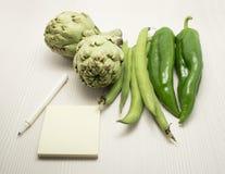Σημειωματάριο μανδρών και φρέσκα λαχανικά Στοκ φωτογραφία με δικαίωμα ελεύθερης χρήσης
