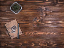 Σημειωματάριο με μια μάνδρα στον πίνακα Στοκ Εικόνα