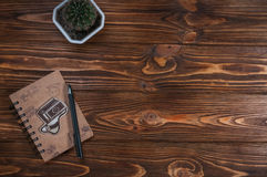 Σημειωματάριο με μια μάνδρα στον πίνακα Στοκ φωτογραφία με δικαίωμα ελεύθερης χρήσης