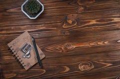 Σημειωματάριο με μια μάνδρα στον πίνακα Στοκ Εικόνες