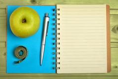 Σημειωματάριο με τα φρούτα και το εκατοστόμετρο μήλων Στοκ φωτογραφία με δικαίωμα ελεύθερης χρήσης