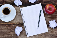 Σημειωματάριο με τα φρούτα μήλων φλυτζανιών καφέ και το τσαλακωμένο έγγραφο Στοκ Εικόνα