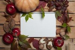 Σημειωματάριο με τα φρούτα φθινοπώρου Στοκ φωτογραφία με δικαίωμα ελεύθερης χρήσης