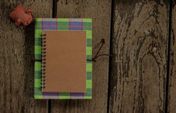 Σημειωματάριο με την κούκλα χοίρων Στοκ φωτογραφίες με δικαίωμα ελεύθερης χρήσης