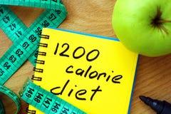 Σημειωματάριο με τη διατροφή 1200 θερμίδας στοκ εικόνες