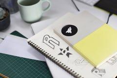 Σημειωματάριο με τις δημιουργικές ιδέες σχεδίου λογότυπων εμπορικών σημάτων Στοκ εικόνες με δικαίωμα ελεύθερης χρήσης