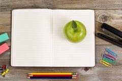 Σημειωματάριο με τις προμήθειες και πρόχειρο φαγητό μήλων για το σχολείο ή το γραφείο στο RU Στοκ εικόνα με δικαίωμα ελεύθερης χρήσης