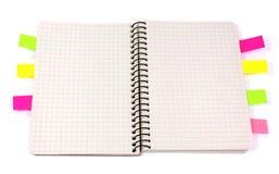 Σημειωματάριο με τους χρωματισμένους σελιδοδείκτες στοκ φωτογραφία