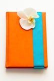 Σημειωματάριο με το άσπρο λουλούδι ως δώρο Στοκ εικόνα με δικαίωμα ελεύθερης χρήσης