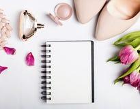 Σημειωματάριο με το κενό έγγραφο και μπεζ εξαρτήματα χρώματος στο άσπρο BA στοκ εικόνες