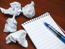 Σημειωματάριο με το τσαλακωμένο έγγραφο Στοκ Φωτογραφία