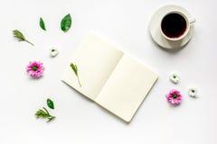 Σημειωματάριο με το φλιτζάνι του καφέ στο άσπρο πρότυπο άποψης υποβάθρου τοπ στοκ εικόνες