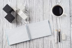 Σημειωματάριο, μολύβια και καφές στον ξύλινο πίνακα στοκ φωτογραφία με δικαίωμα ελεύθερης χρήσης