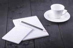 Σημειωματάριο, μολύβι και ένα φλιτζάνι του καφέ Στοκ φωτογραφία με δικαίωμα ελεύθερης χρήσης