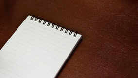 Σημειωματάριο σε έναν ξύλινο πίνακα Στοκ φωτογραφία με δικαίωμα ελεύθερης χρήσης