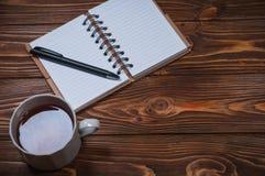 Σημειωματάριο σε έναν πίνακα με μια κούπα και ένα φλυτζάνι του τσαγιού Στοκ φωτογραφίες με δικαίωμα ελεύθερης χρήσης