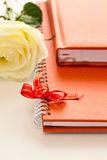 Σημειωματάριο στην πορτοκαλιά κάλυψη δέρματος Στοκ φωτογραφία με δικαίωμα ελεύθερης χρήσης