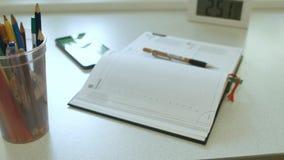 Σημειωματάριο στον υπολογιστή γραφείου φιλμ μικρού μήκους