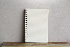 Σημειωματάριο στο ξύλινο υπόβαθρο πινάκων χρησιμοποίηση της ταπετσαρίας για την εκπαίδευση, επιχειρησιακή φωτογραφία Σημειώστε το στοκ φωτογραφία