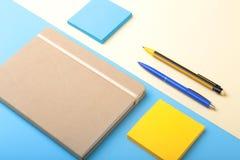 Σημειωματάριο, στυλός, μολύβι και άλλες προμήθειες για το επιχειρησιακό γραφείο διάστημα αντιγράφων Τοπ όψη Στοκ Φωτογραφίες