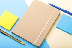 Σημειωματάριο, στυλός, μολύβι και άλλες προμήθειες για το επιχειρησιακό γραφείο διάστημα αντιγράφων Τοπ όψη Στοκ Εικόνες