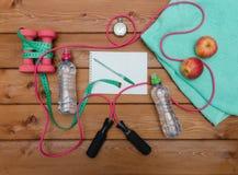 Σημειωματάριο ταινιών μέτρου μπουκαλιών νερό χρονομέτρων με διακόπτη μήλων πετσετών Στοκ φωτογραφία με δικαίωμα ελεύθερης χρήσης