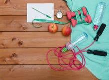 Σημειωματάριο ταινιών μέτρου μπουκαλιών νερό χρονομέτρων με διακόπτη μήλων πετσετών Στοκ εικόνα με δικαίωμα ελεύθερης χρήσης