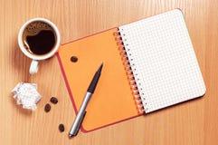 σημειωματάριο φλυτζανιών καφέ Στοκ εικόνα με δικαίωμα ελεύθερης χρήσης