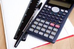 Σημειωματάριο Bugtery Γραφείο για να εργαστεί στο γραφείο Σχολικές προμήθειες Στυλοί, μολύβια, κυβερνήτης, υπολογιστής και ένα κα στοκ εικόνα