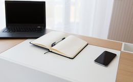Σημειωματάριο, lap-top και smartphone στον πίνακα γραφείων Στοκ φωτογραφία με δικαίωμα ελεύθερης χρήσης