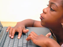 σημειωματάριο lap-top κοριτσιών στοκ εικόνα